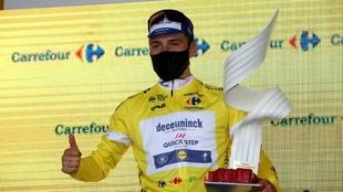 Remco Evenepoel exhibe el trofeo de la Vuelta a Polonia