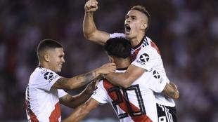 Quintero, Carrascal y Borré celebran un gol.