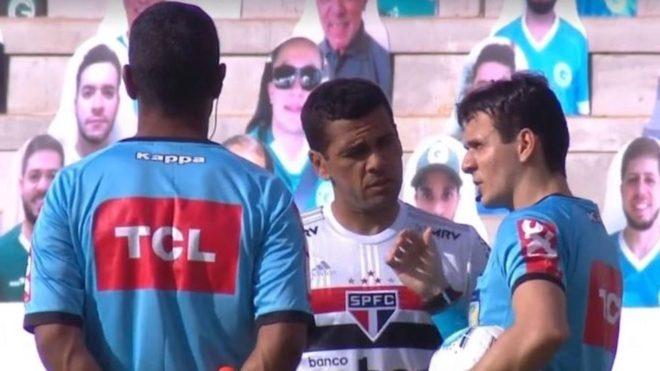 Dani Alves habla con los árbitros antes de que se suspendiera el...