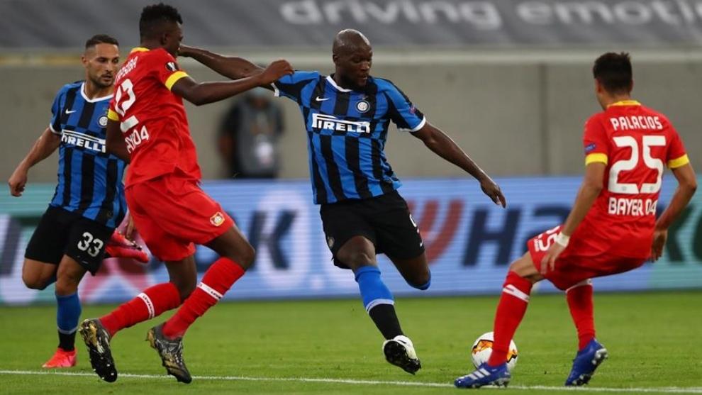 Romelu Lukaku dispara al arco en el partido contra el Bayer...