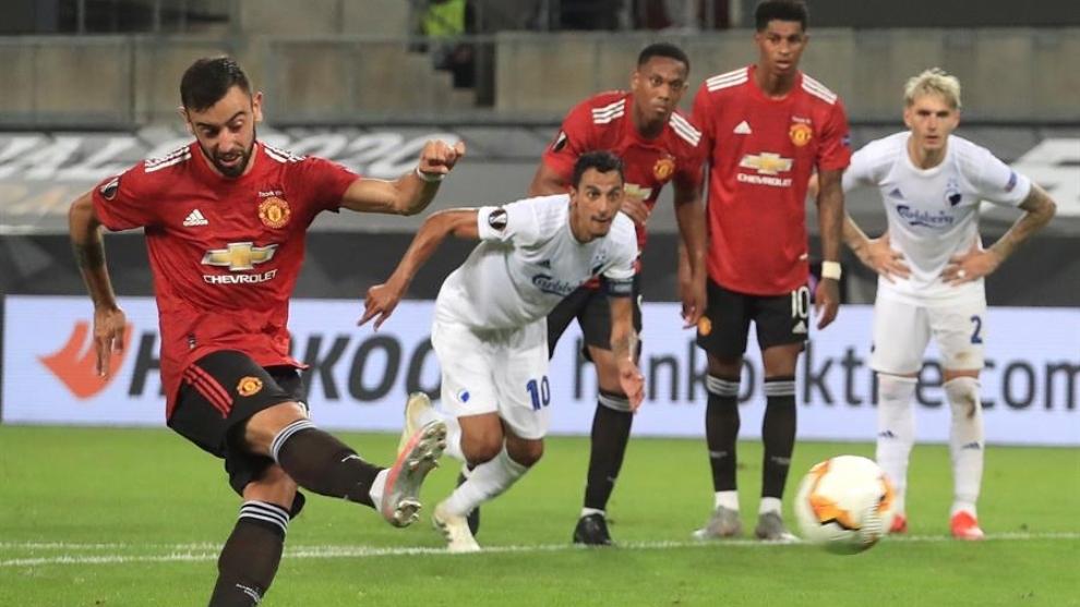 Bruno Fernandes patea el penal para anotar el gol del Manchester...