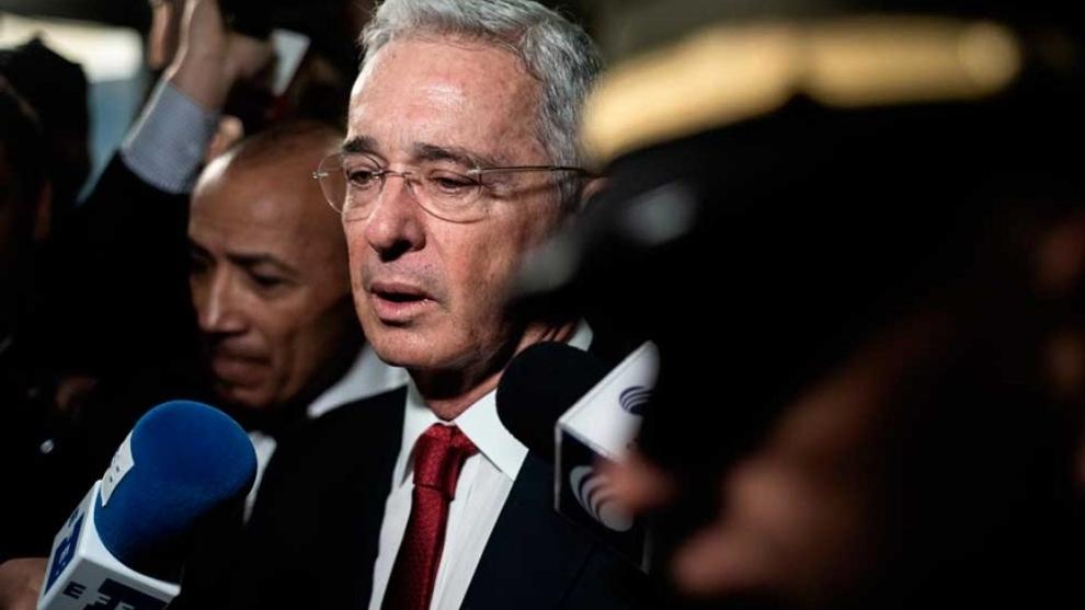 Álvaro Uribe cumple con la detención domiciliaria dictada por la...