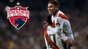 Juan Fernando Quintero celebra un gol con Rover y el escudo del...