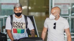 El Cucho Hernández, a su llegada al aeropuerto.