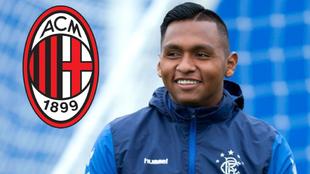 Alfredo Morelos y el escudo del AC Milan.