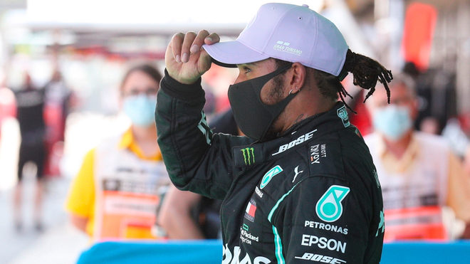 Lewis Hamilton se acomoda la gorra durante las clasificaciones del GP...