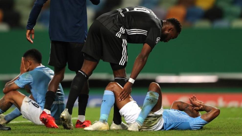 Moussa Dembelé consuela a los jugadores del Manchester City.