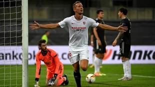 Luuk de Jong celebra el gol contra el Manchester United en la Europa...