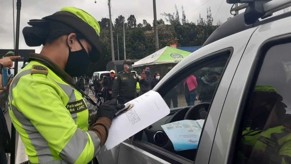 Policía revisa los papeles de un conductor