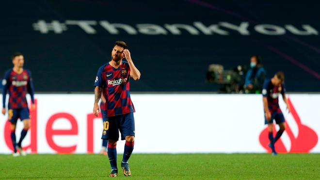 Leo Messi se toma la cabeza en el juego ante el Bayern.