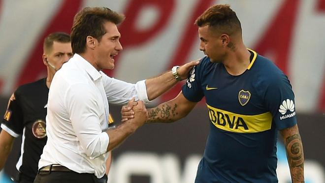 Barros Schelotto felicita a Cardona por su gol ante River Plate, en la...