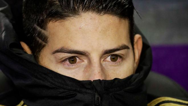 James Rodríguez mira fijamente el terreno de juego.