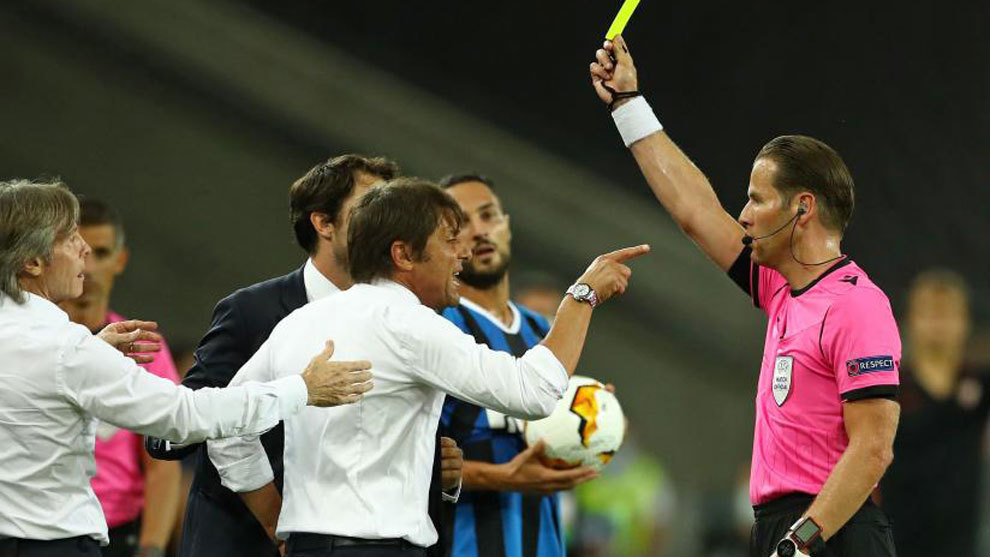 Antonio Conte le protesta al árbitro en la final de la Europa League.