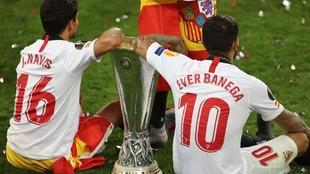 Éver Banega, junto a Jesús Navas, con la Europa League.