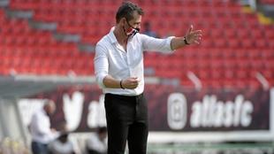 Diego Cocca da indicaciones a los jugadores de Atlas en su estreno.