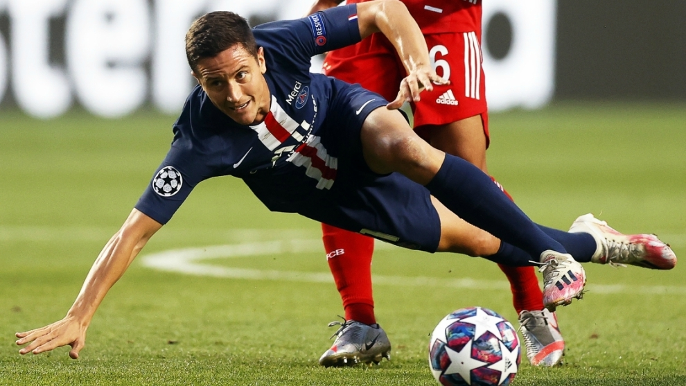 Ander Herrera cae durante el partido contra el Bayern Múnich.