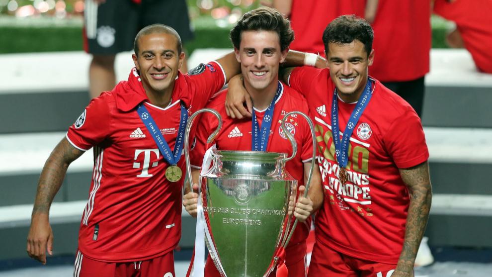 Álvaro Odriozola levanta el trofeo de la Champions League