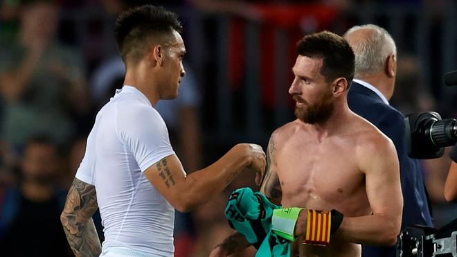 Lautaro y Messi intercambian camisetas.