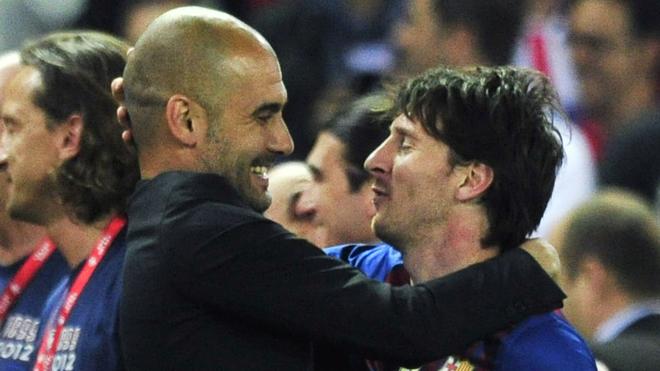 Guardiola se abraza con Leo Messi.