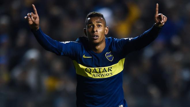 Sebastián Villa festeja un tanto con la camiseta de Boca.
