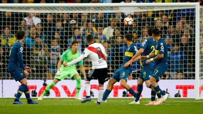 Juan Fernando Quintero dispara a gol en la final contra boca Juniors.