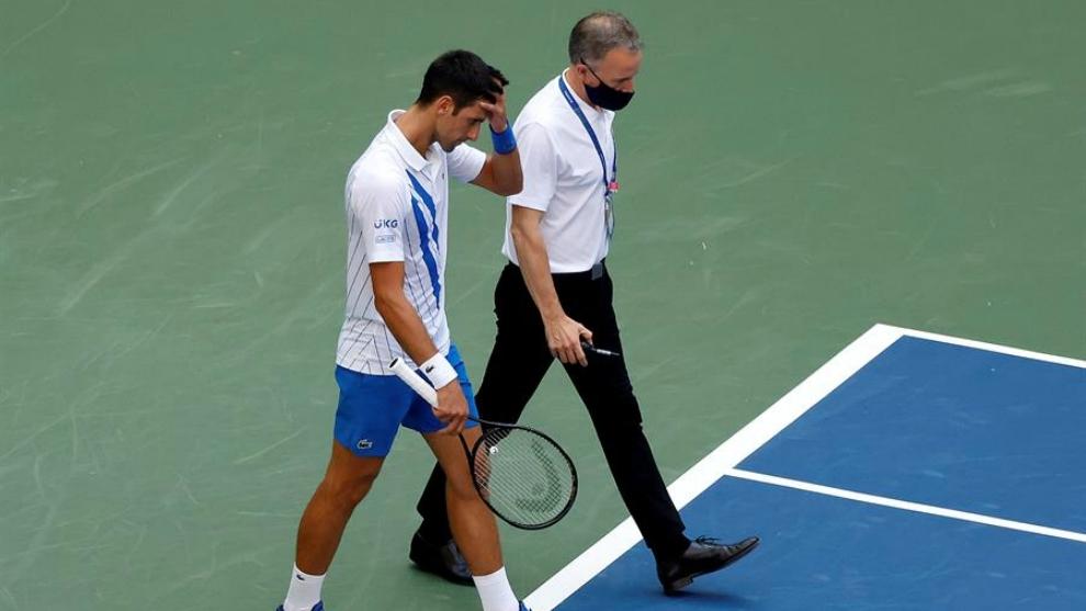 Djokovic sale decepcionado tras golpear a la juez.