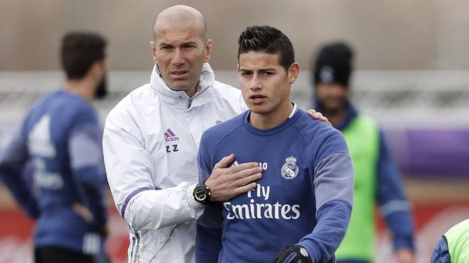 Zinédine Zidane, junto a James en una práctica.
