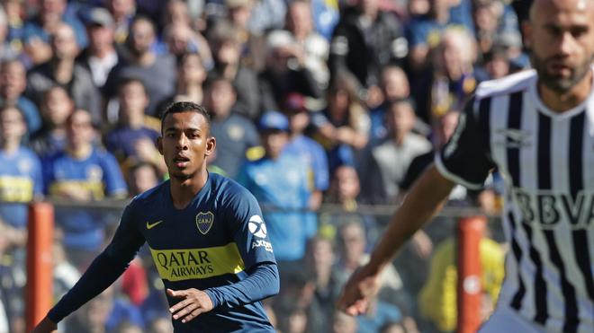 Sebastián Villa, en acción durante un partido ante Talleres en La...