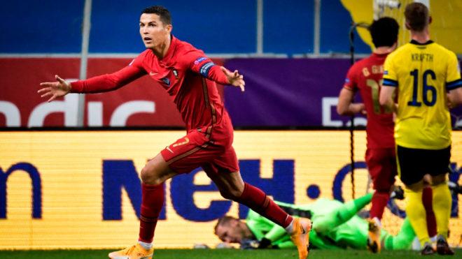 Cristiano corre a celebrar su tanto número 100 con Portugal.