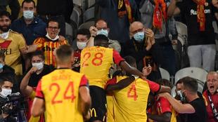 Los jugadores del Lens celebran el tanto de la victoria.