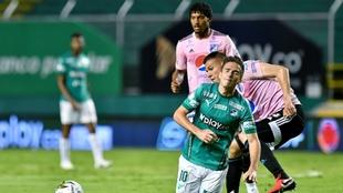 Palavecino se lamenta, ante la mirada de Pereira.