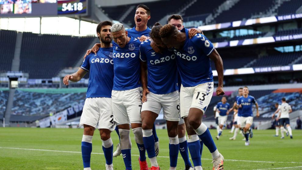 Los jugadores del Everton celebran el gol contra el Tottenham.