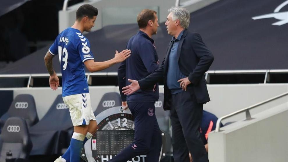 James Rodríguez y Carlo Ancelotti se saludan al final del partido...