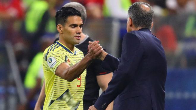 Falcao se saluda con Queiroz en el juego entre Colombia-Chile por la...