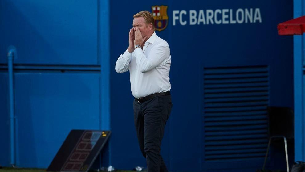 Ronald Koeman da indicaciones a los jugadores del Barcelona.
