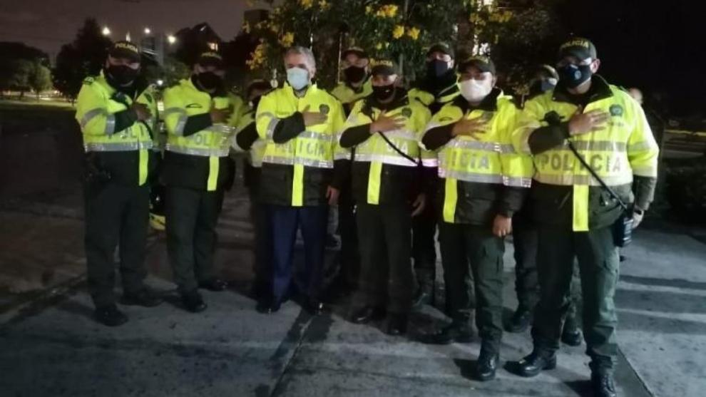 Presidente de Colombia vestido de Policía visita CAI afectados por...