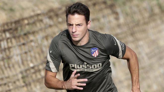 Santiago Arias, durante un entrenamiento del Atlético tras superar el...