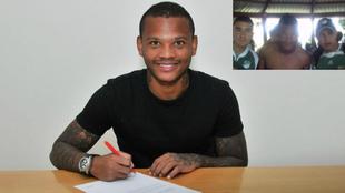 Andrés Manga Escobar firma un contrato.