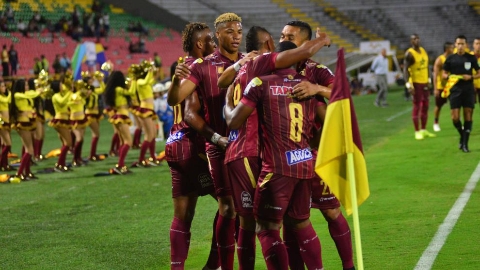 Jugadores del Deportes Tolima celebran un gol.