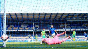 Momento del primer gol de James con el Everton.