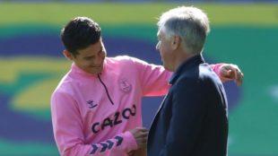 Ancelotti justo antes de abrazar a James al final del partido