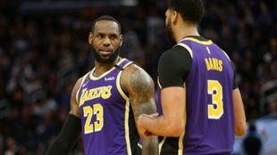 Lebron y Davies, los ángeles de los Lakers.