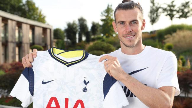 Bale posa con la camiseta del Tottenham.