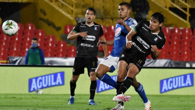 Roberto Ovelar remata a gol contra Millonarios.