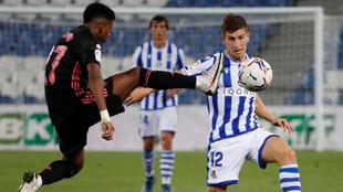 Rodrygo disputa la pelota con Aihen Muñoz.