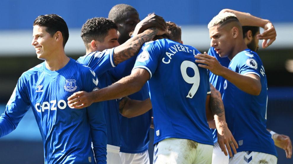 Los jugadores del Everton se abrazan para celebrar uno de los cinco...