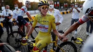 Tour de Francia: Pogacar es felicitado tras ganar la ronda gala
