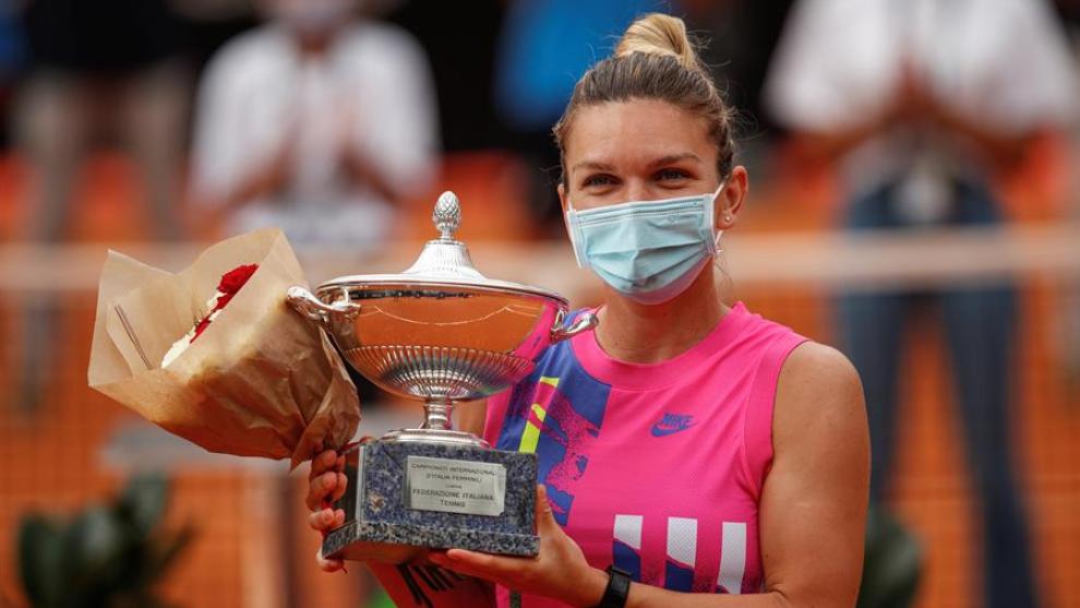 Simona Halep levanta el trofeo en Roma.