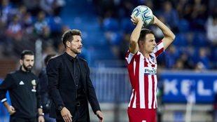 Simeone observa a Arias sacando de banda en un partido del Atlético