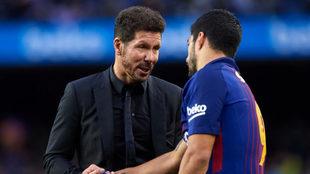 Simeone dialoga con Luis Suárez durante una visita del Atlético al...